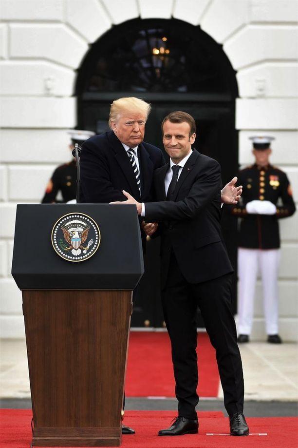 Donald Trump ja Emmanuel Macron koskettelivat toisiaan lämpimästi valtiovierailun avajaisseremoniassa.
