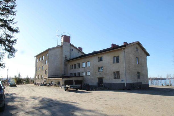 Simpelejärven rannalla sijaitseva rajavartiolaitoksen entinen komentokeskus on nyt libanonilais-venäläisessä omistuksessa. Huonokuntoinen kiinteistö ehti olla myynnissä todella pitkään.