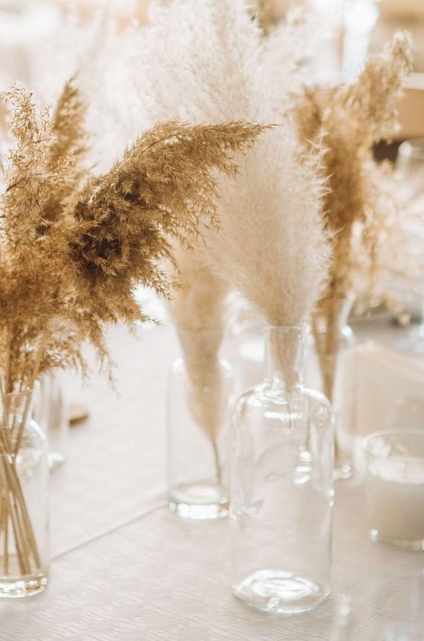 Pampaheinä näyttää lasivaasissa tai -pullossa erityisen hyvältä.