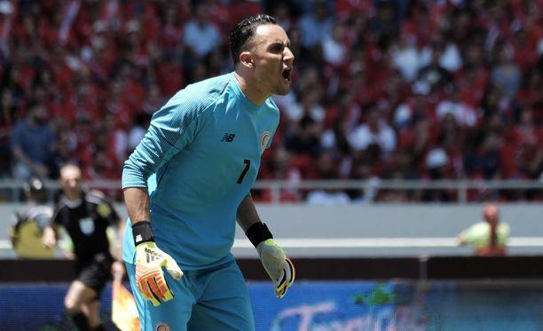 Real Madridin Keylor Navas torjuu Costa Rican maalilla Englantia vastaan.
