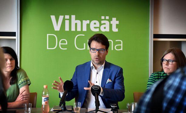 Eduskuntaryhmän puheenjohtaja Outi Alanko-Kahiluoto ja europarlamentaarikko Heidi Hautala kuuntelivat, kun puheenjohtaja Ville Niinistö kertoi vihreiden tähtäävän tosissaan pääministeripuolueeksi.