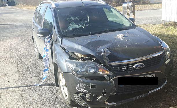 Seinän lisäksi auto kärsi törmäyksessä. Autossa olleet pojat eivät loukkaantuneet.