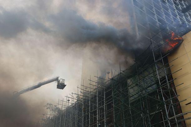 Palomiehet taistelivat liekkejä vastaan Manilassa.