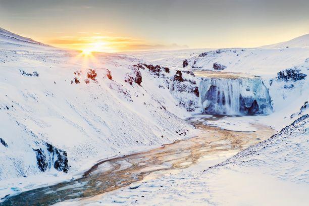 Jäätynyt vesiputous Islannissa nähtiin myös Game of Thronesissa.
