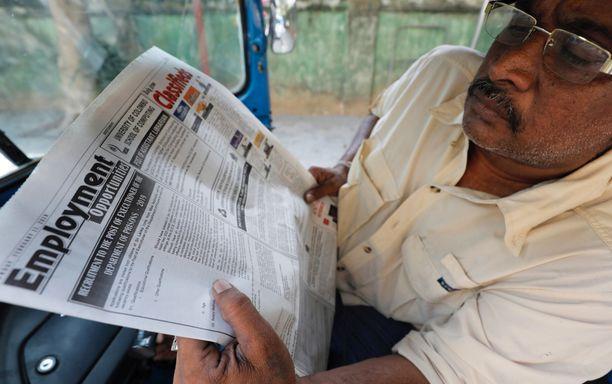 Mies lukee valtiollisessa Daily News -lehdessä tiistaina julkaistua työpaikkailmoitusta pyövelin työstä. Palkka on hyvä.