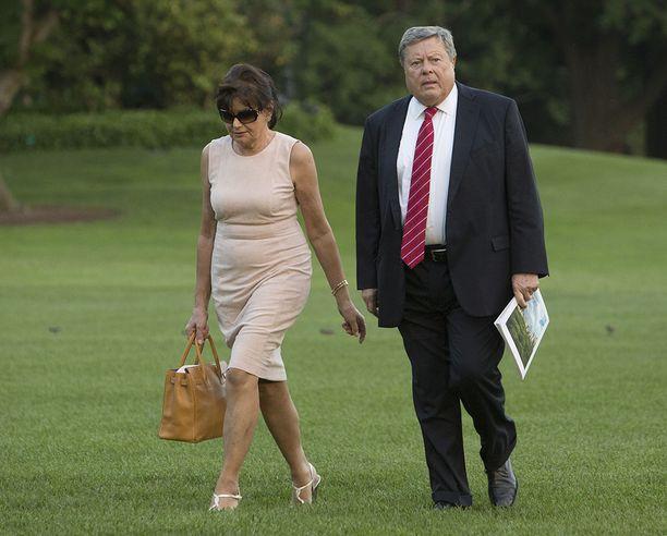 Melania Trumpin vanhemmat Amalija ja Viktor Knavs saapumassa Valkoiseen taloon.