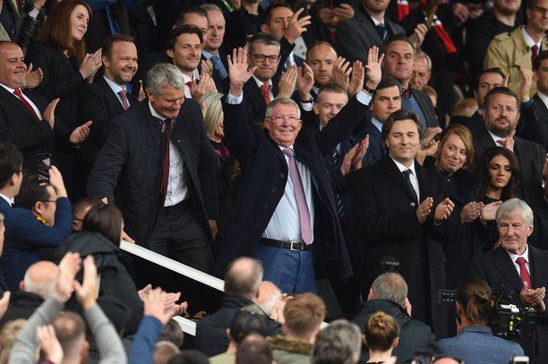 Sir Alex Ferguson otti yleisön suosinosoitukset vastaan saapuessaan Old Traffordille.