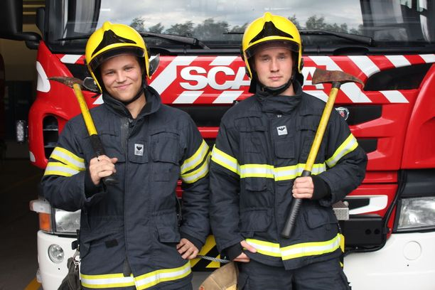 Niko Övermark ja Sakarias Kangastie lähtivät mukaan palokuntanuoriin jo kymmenvuotiaana kavereiden ja perheiden kannustamana.