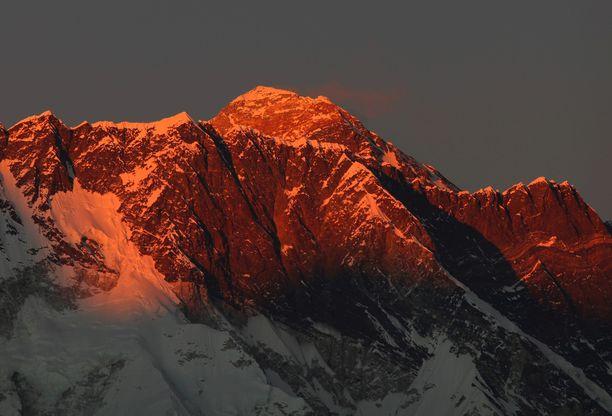 Mount Everestillä kuolee joka vuosi kiipeilijöitä. Sherpojen kuolemat ovat harvinaisempia.