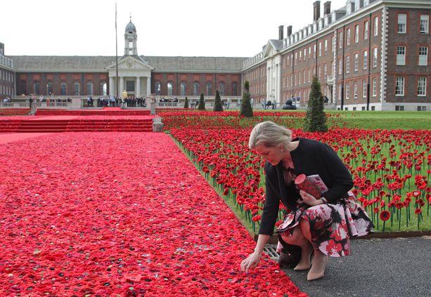 Chelsean kukkanäyttelyssä nähtiin muun muassa valtava määrä unikoita. Kuvassa Wessexin kreivitär Sophie.