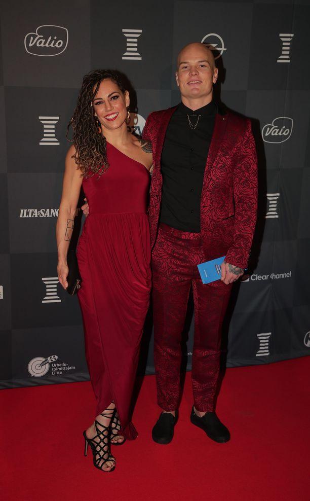 Eva Wahlström ja Niklas Räsänen olivat valinneet asut sävy sävyyn.