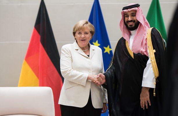 Angela Merkel ja kruununprinssi Muhammad bin Salman tapasivat G20-kokouksessa Hampurissa kaksi vuotta sitten.