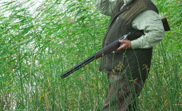 Metsästäjällä oli onni matkassa. Kuvan henkilö ei liity tapaukseen.