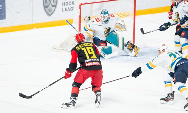 Veli-Matti Savinainen kiersi Dmitri Shikinin vartioimaa Sotshin maalia, mutta kuti jäi tälläkin kertaa piippuun.