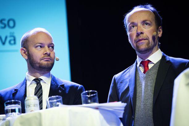 Perussuomalaiset ja sininen tulevaisuus ovat samoilla linjoilla siitä, ettei huumeiden käytön rangaistavuudesta tule luopua. Kuvassa oikealla PS:n puheenjohtaja Jussi Halla-aho ja sinisten puheenjohtaja Sampo Terho.