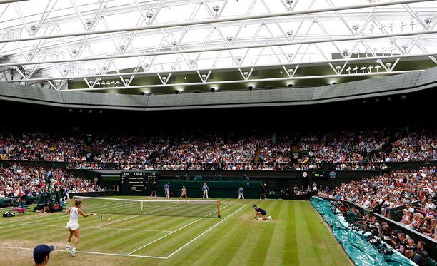 Mies nukahti kesken naisten puolivälieräottelun Wimbledonin keskuskentällä.