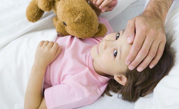 Joskus vanhemman on vaikea arvioida, milloin lapsen voi sairauden jälkeen viedä taas hoitoon.