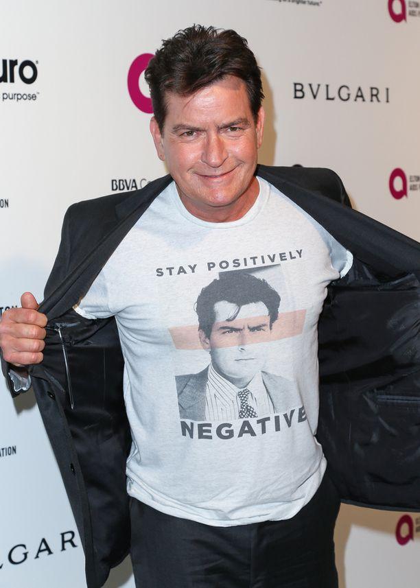 Charlie Sheen osallistui AIDS-säätiön Oscar-gaalaan printti-t-paidassa.