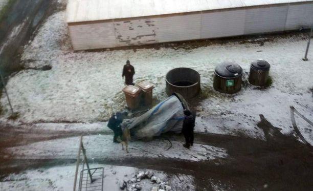 Poliisin ruumiskoira haisteli tarkkaan riihimäkeläisen taloyhtiön Molok-säiliön säkin. Mitään tunnistetta roskiksesta ei tiettävästi löytynyt.