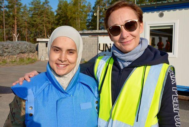 Jordanialainen vänrikki Enas Sheyvab (vas.) poseeraa UNMEM-kurssin sihteerinä toimivan Nina Kaltiaisen kanssa.
