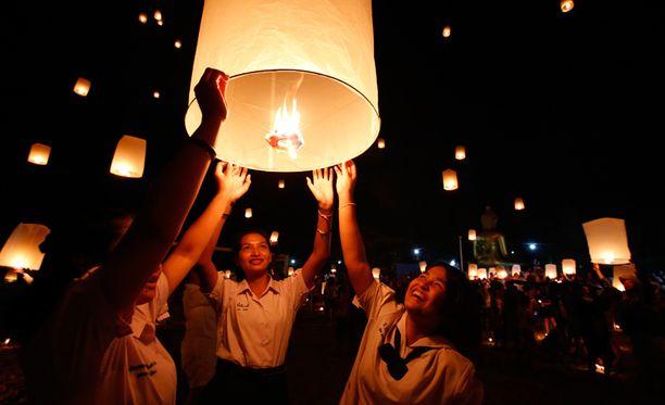 Koululaiset lähettivät ilmaan tuhansia lyhtyjä etelä-Thaimaan rannalta.