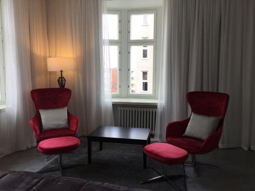 Jorma Uotisen suunnittelemassa huoneessa näkyvät mustan, harmaan ja vahvan punaisen sävyt.