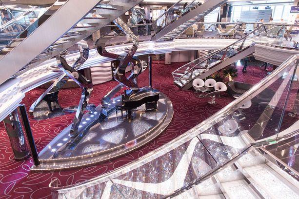 Pääaulan portaat on päällystetty aidoilla Swarovskin kristalleilla. Yhden rappunen maksaa 3 000 euroa.