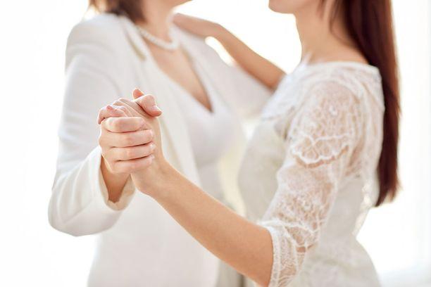 Eduskunta hyväksyi joulukuussa 2014 värikkäiden käänteiden jälkeen avioliittolain muuttamisen niin, että kaksi samaa sukupuolta olevaa ihmistä voivat jatkossa solmia avioliiton.
