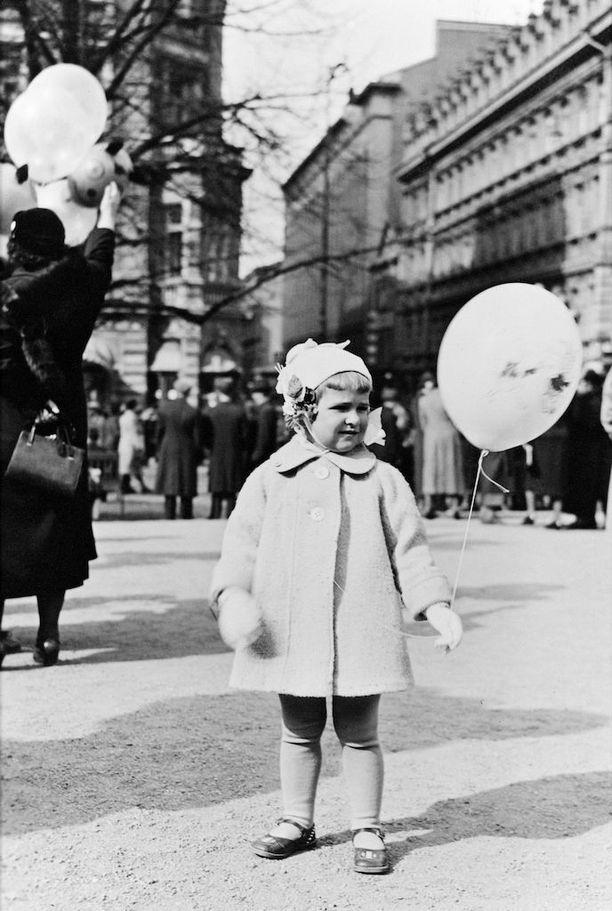 Pieni tyttö ja ilmapallo vuonna 1939 Runebergin patsaan edessä Esplanadilla.