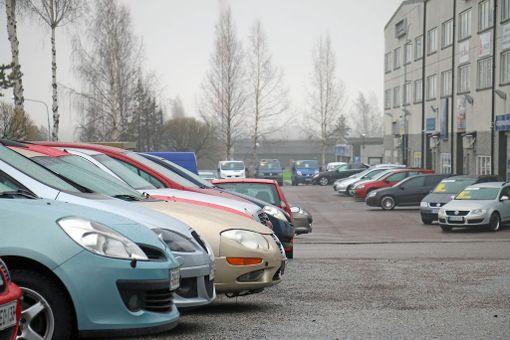 Diesel-autot ja bensa-autot seisovat sovussa autoliikkeiden pihoilla.