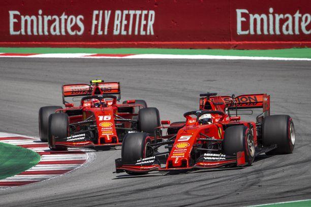 Sebastian Vettel (oik.) ja Charles Leclerc kävivät kovan keskinäisen taiston neljännestä sijasta.
