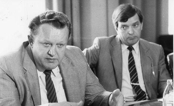 Alivaltiosihteeri Martti Ahtisaari ja ulkoministeri Paavo Väyrynen vuonna 1985. Yhdeksän vuotta myöhemmin herrat kohtasivat presidentinvaaleissa.