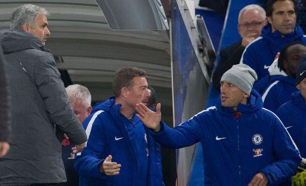 José Mourinho (vas.) jäi odottelemaan Antonio Contea ottelun jälkeen.