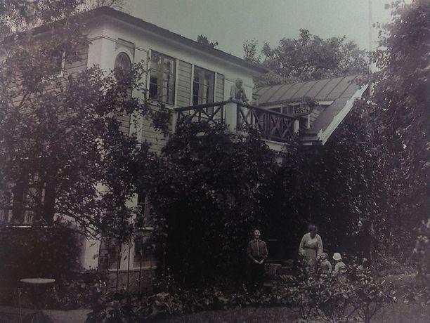 Villa Kissinge täydessä kukoistuksessaan 1930-luvulla. Huvilassa oli kymmenen huonetta ja useita kuisteja.
