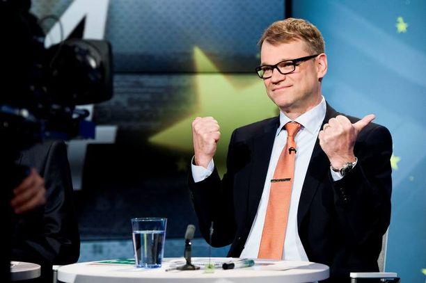 Nyt on varaa tuulettaa. Keskusta on puheenjohtajansa Juha Sipilän johdolla aivan omissa sfääreissään.