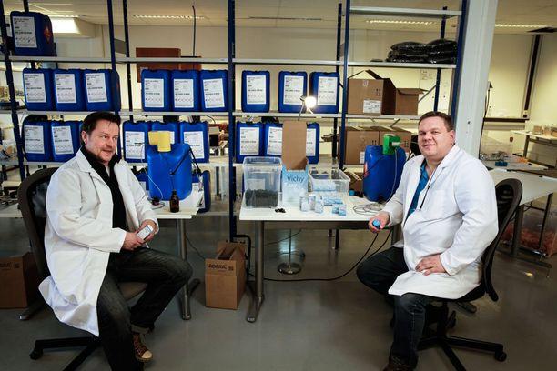 Kaj Pelamon (oik.) kehittelemä virvoitusjuomakorkki on herättänyt kiinnostusta laajalti ulkomailla. Vasemmalla Limonade-yhtiön myynnistä vastaava Tommi Ketola.