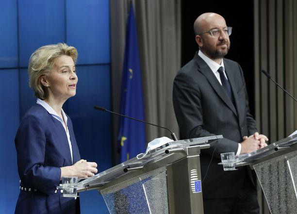 Euroopan komission puheenjohtaja Ursula von der Leyen (vas) ja Eurooppa-neuvoston puheenjohtaja Charles Michel (oik) perjantaina pidetyssä videokonferenssissa.