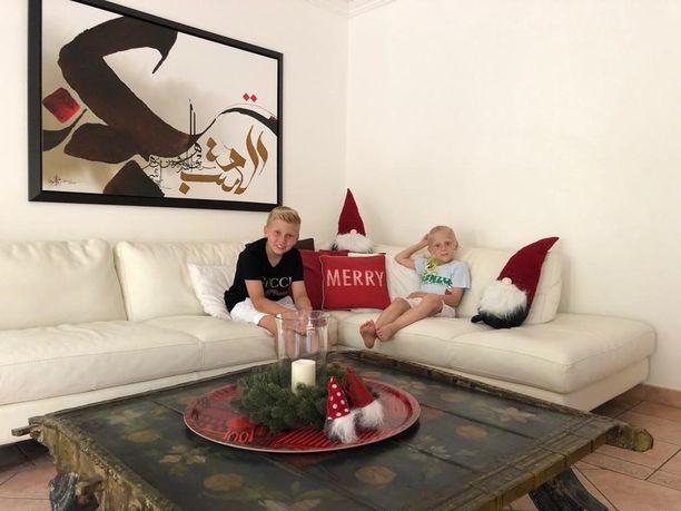 Perhe viettää joulun tällä kertaa kotona Dubaissa. Heidi kertoo, että he viettävät perinteistä suomalaista joulua. Tosin hautausmaavierailun sijaan he saattavat mennä uimaan.
