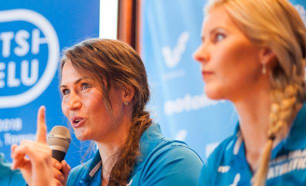 Sanna Kämäräinen ja Kristiina Mäkelä edustivat urheilijoita yhdessä kolmen muun kanssa.