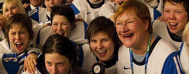 Tarja Halonen juhli Suomen naisten jääkiekkomaajoukkueen kanssa Vancouverin olympialaisissa vuonna 2010. Naiset voittivat pronssia.