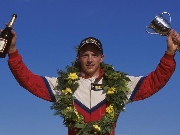 Kimi Räikkönen oli ajanut yhteensä vain 23 kisaa kilpa-autolla ennen kuin hänestä tuli F1-kuljettaja. Kuvassa 20-vuotias Räikkönen tuulettaa kauden neljättä voittoaan Ison-Britannian Formula Renault -sarjassa kesäkuussa 2000. Hän voitti sarjan mestaruuden ylivoimaisesti.