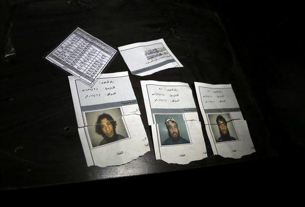 Isis-taistelijoiden dokumentteja oikeustalolla.