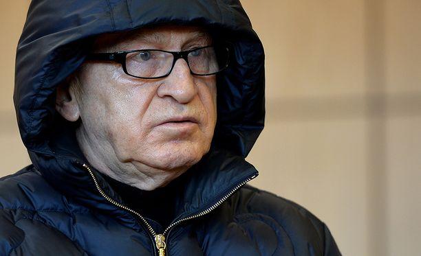 Werner Mauss oli maanantaina alkaneessa oikeudenkäynnissä pukeutunut hupputakkiin.