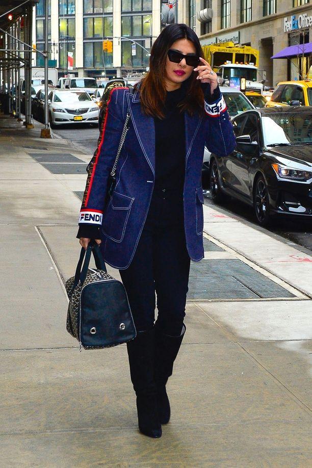 Hollywood-näyttelijä Priyanka Chopra esitteli Goyardin laukkuaan New Yorkissa.