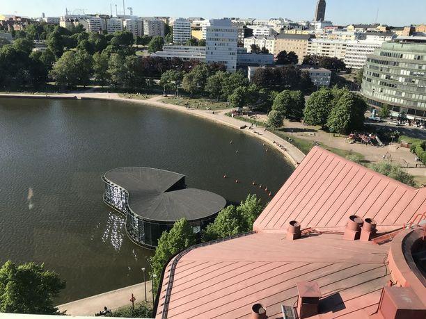 Yläilmoista voi olla vaikea tunnistaa rakennuksia. Vedessä hohtelee ravintola Meripaviljonki.