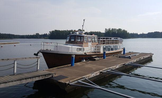 Merenkuluntarkastajan havaintojen mukaan aluksessa ei ole myöskään ollut voimassaolevaa katsastusta, joten M/S Sympaatin liikennöinti on keskeytetty.