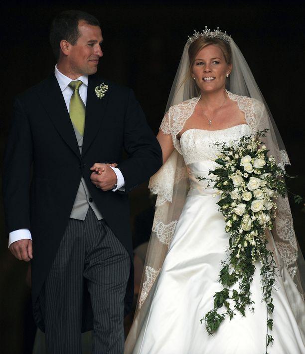 Peter Phillips ja Autumn Kelly vihittiin Pyhän Yrjön kappelissa vuonna 2008. Pariskunta myi häänsä Hello!-lehdelle 600 000 euron hintaan.