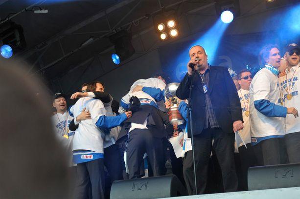 Sakari Kuosmanen ja Finlandia kevään 2011 kultajuhlissa Helsingin Kauppatorilla.