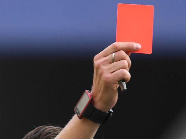 Punainen kortti sai tunteet kuumenemaan.