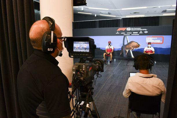 Antonio Giovinazzi (vas.) ja Kimi Räikkönen vastailivat kysymyksiin virtuaalisessa mediatilaisuudessa.